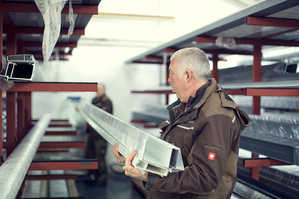 Rudolf Domke bei der Arbeit, Material sortieren